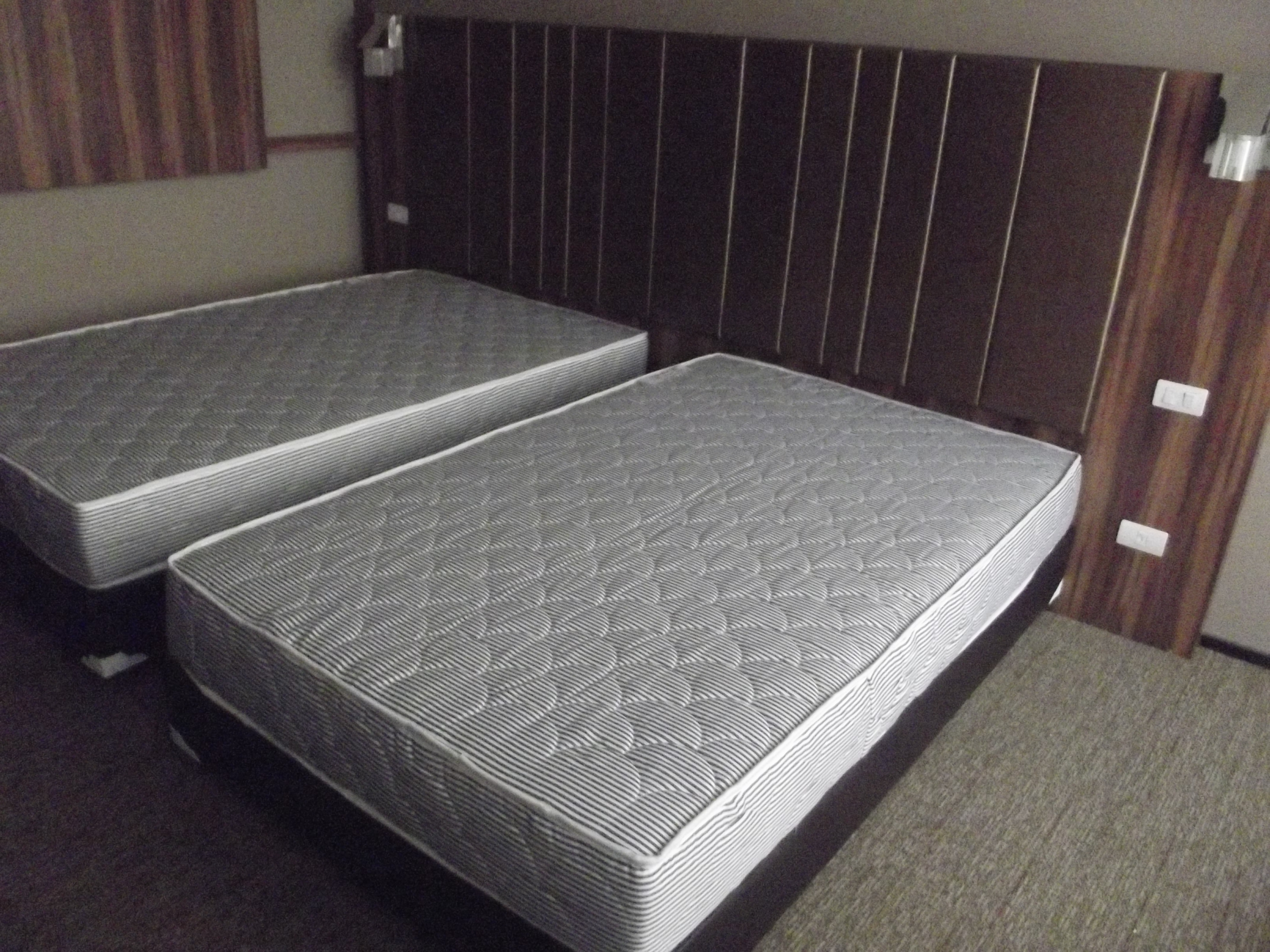 ที่นอนฟองน้ำอัดขนาด 4 ฟุต หนา 8นิ้ว พร้อมฐานเตียง จัดส่งให้โรงแรม Grand Howard ถนน เจริญราษฎร์ ครับ
